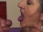Oma reissen ihre Mundfotzen auf für Sperma