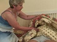 Oma weckt jungen Kerl mit einem Mundfick