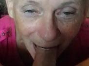 Alte Frau schluckt einen dicken Schwanz
