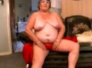 Omas fette Fotze geniesst einen dicken Dildo