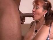 Dicke alte Frau von schwarzem Schwanz gefickt