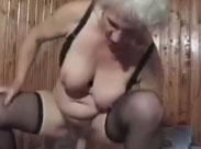 Junger Stecher fickt Oma im Gartenhaus