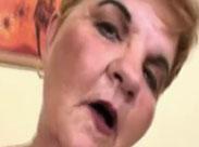 Oma leckt sich die dicken Hängetitten