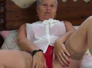 Oma masturbiert und stript für euch