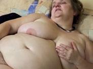 Fette Oma steckt sich einen Dildo rein