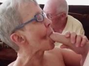 Opa schaut zu wie seine Oma gefickt wird