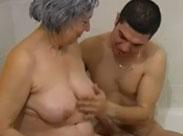 Fette Oma badet mit einem jungen Paar
