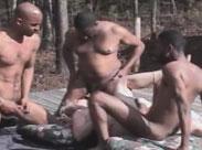 Drei Schwarze ficken eine Oma draussen im Freien