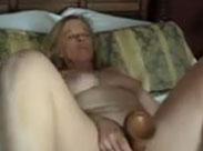 Oma fickt sich mit riesigem Dildo