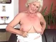 Oma hat einen neuen Dildo für ihre haarige Muschi
