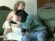 Diese reiche, fette Oma hat eine haarige Muschi