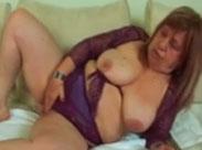 Schlampige Oma reibt sich Titten und Fotze