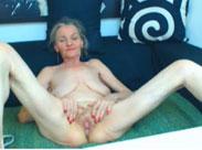Granny macht die Beine breit