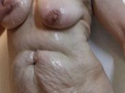 Omas haarige Fotze von einer Lesbe gefingert