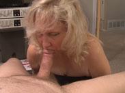 Oma hält ihm den Arsch hin damit er ihn fickt