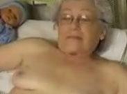 Oma hat einen neuen Dildo und masturbiert für euch