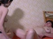 Omi von einer junge Lesbe mit Dildo gefickt