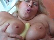 Oma steckt sich einen Dildo zwischen die Titten