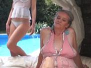 Oma ist lesbisch und leckt gern junge Fotzen