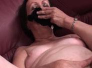 Oma masturbiert und schnüffelt an ihrem Schlüpfer