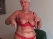 Oma putzt nackt für euch