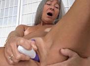 Oma steckt sich gerne den Finger in den Po
