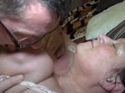 Opa leckt gerne Omas alte Titten
