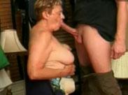 Oma mit extrem platten Titten bläst Schwanz