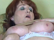 Oma masturbiert solo mit Dildo