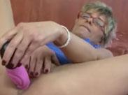 Oma lässt sich einen Schwanz in ihr Arschloch schieben