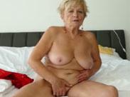 Oma masturbiert wild in einem Hotelzimmer
