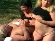 Drei geile alte Lesben fingern sich im Freien