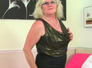 Britische Oma fickt sich mit einem Dildo
