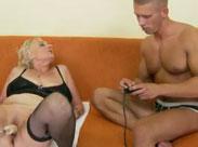 Oma von einer Fickmaschine gefickt