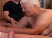 Italienische Oma von drei jungen Männern gefickt