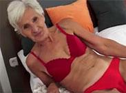 Oma ist schlank und hat eine geil enge Fotze