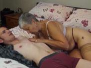 Dicke Oma verführt jungen Schwanz
