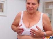 Schüchterne Oma stript und masturbiert
