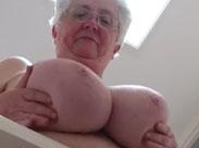 Oma hat dicke grosse Natur Brüste