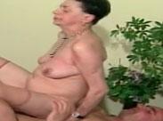 Oma reitet einen ziemlich dicken Schwanz
