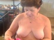 Fröhliche dicke Oma masturbiert mit Dildo