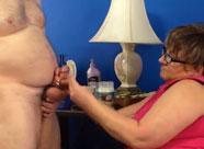 Dicke Oma verpasst ihrem fetten Mann einen Handjob