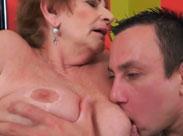 Oma säuft mit dem Nachbarn und lässt sich ficken