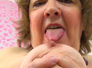Britische Oma leckt sich die Nippel