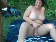 Fette Oma draussen im Park von zwei Männern gefickt