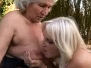Lesbische Oma fickt mit junger Fotze draussen