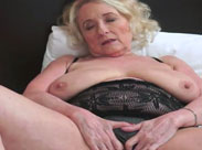 Oma und ihr junger Stecher ficken im Schlafzimmer