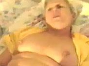Oma zeigt euch wie feucht ihre Fotze ist