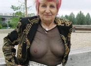 Verrückte Oma bläst Schwanz mitten in der Stadt