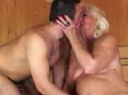 Oma in der Sauna gefickt